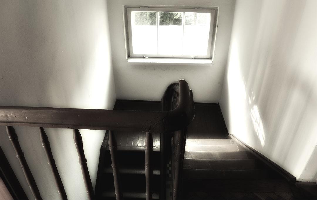 dom z lat trzydziestych stare drewniane schody
