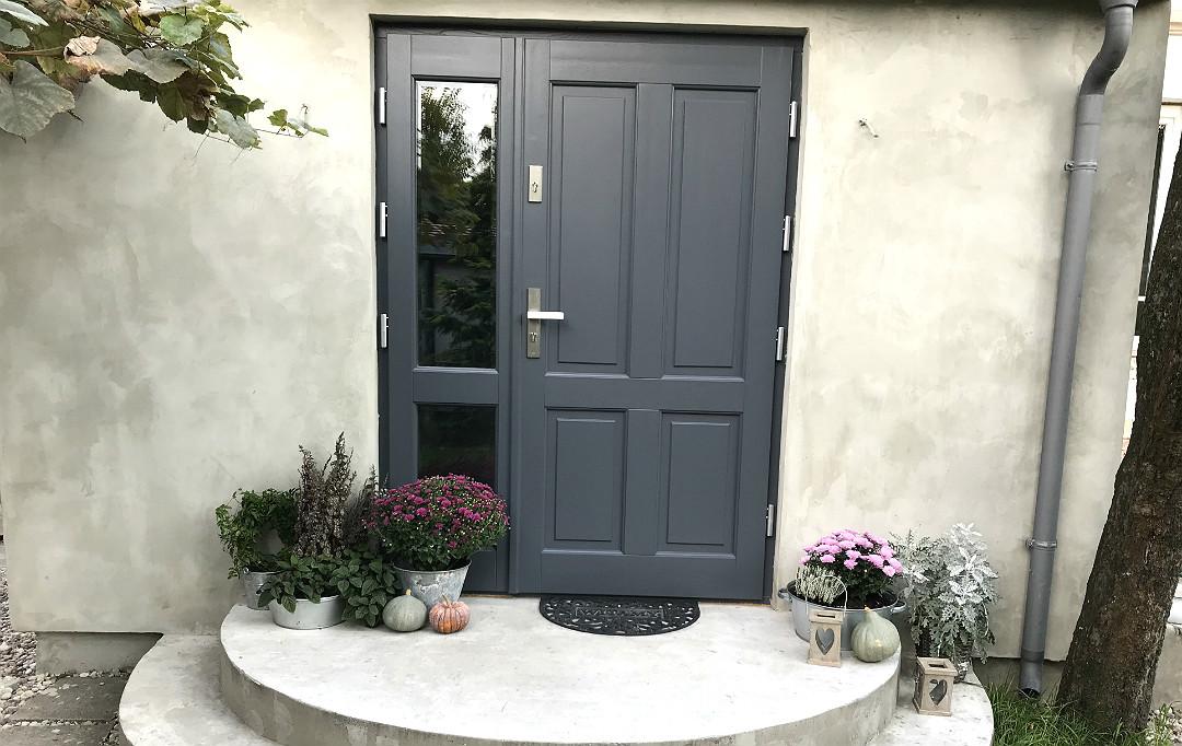 nowe drzwi zewnętrzne w starym domu retro ciemnoszare