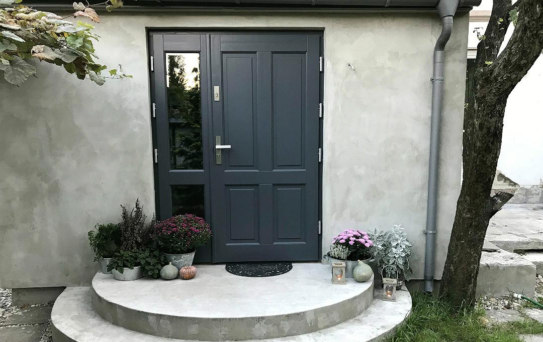 drzwi wejściowe w starym domu w stylu retro z przeszkleniem