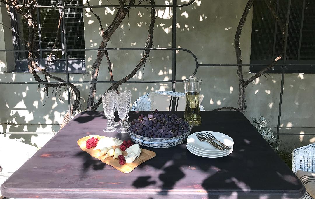 biesiada pod pergolą deska serów winogron cydr
