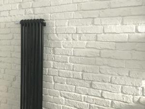 stara przedwojenna odkryta cegła pomalowana na biało w łazience, ściana z cegły białej