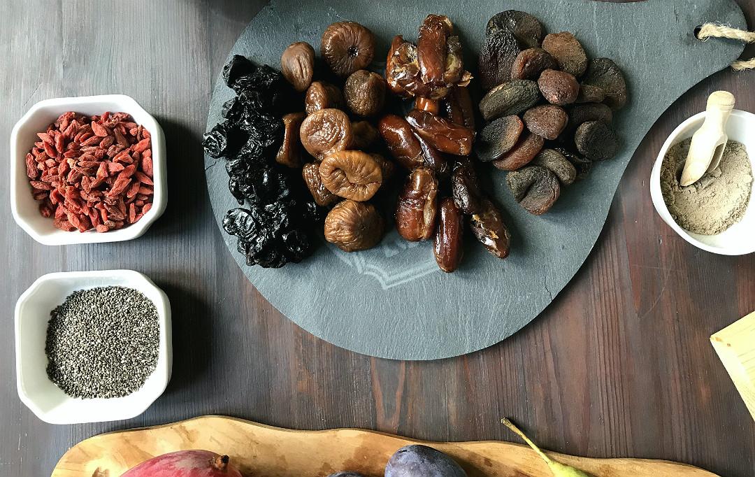 suszone morele, figi, daktyle, wiście, jagody goi, nasiona chia