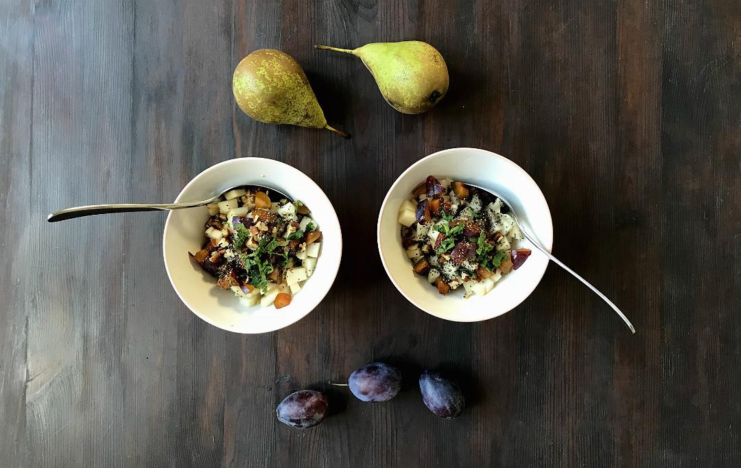 owsianka z gruszką śliwkami świeżą miętą pekanami i nasionami chia