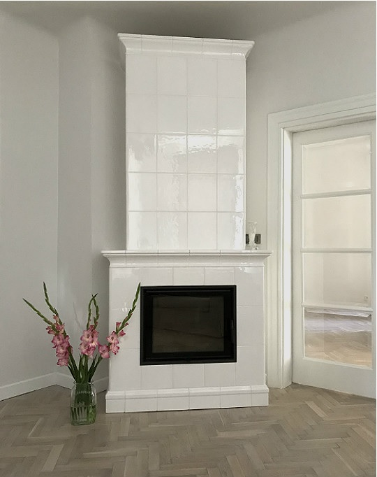 dusza starego domu, piec z cegły szamotowej, z białych kafli