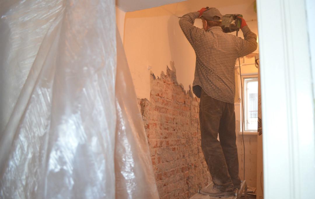 odsłonięcie starej cegły spod tynku