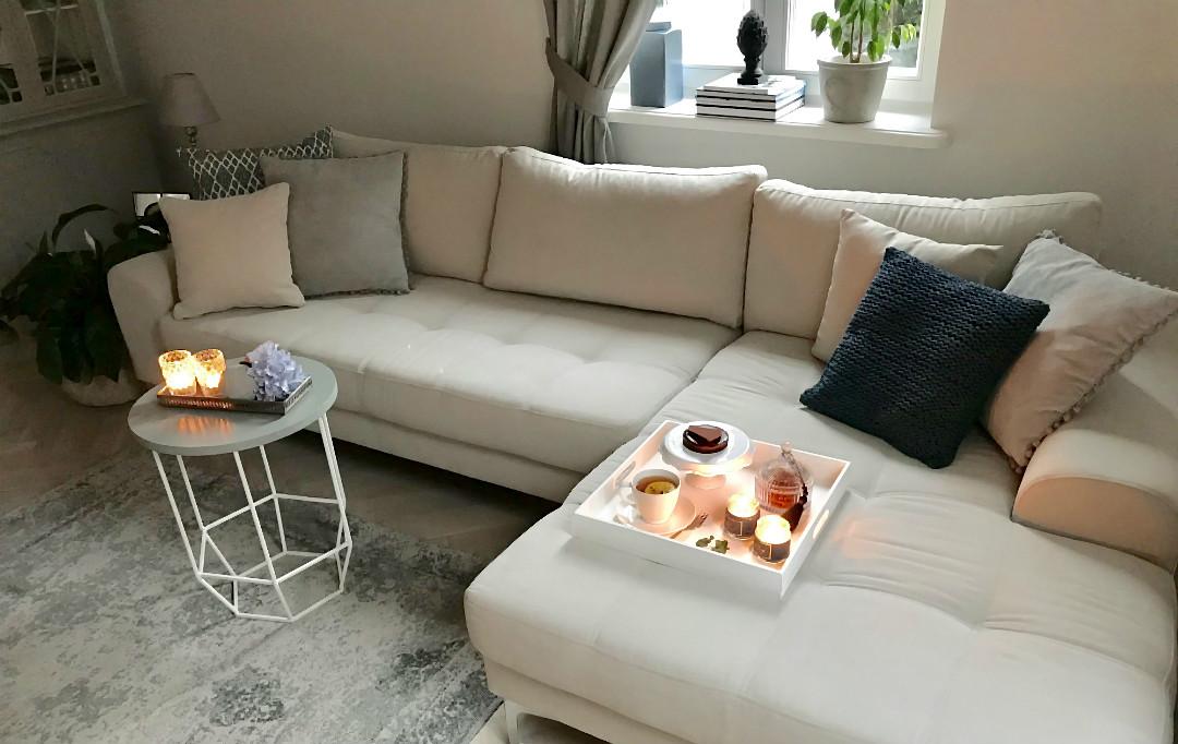 sofa w stylu nowojorskim na nóżkach narożnik