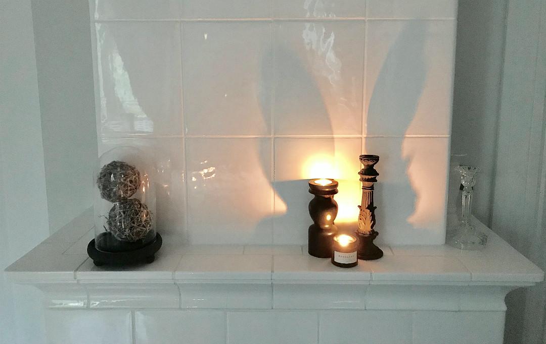 dekoracje na piecu kaflowym świece