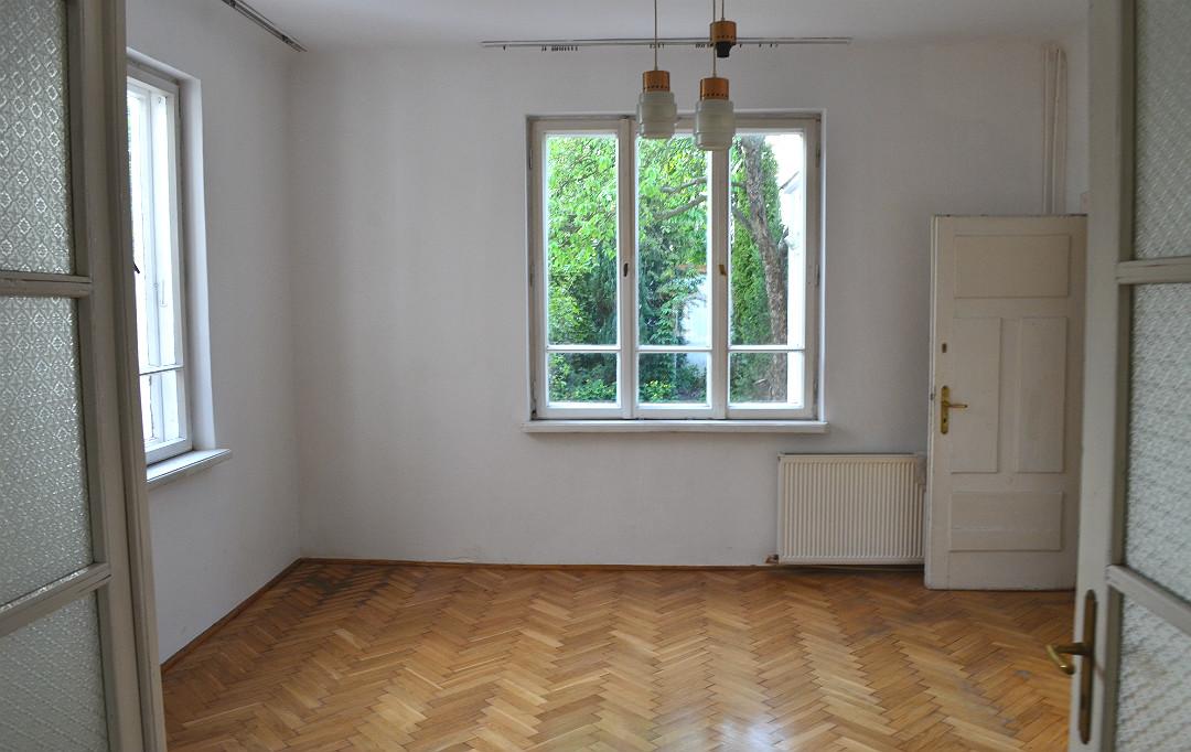 stary dom salon po zakupie trójdzielne okna ościeżnicowe