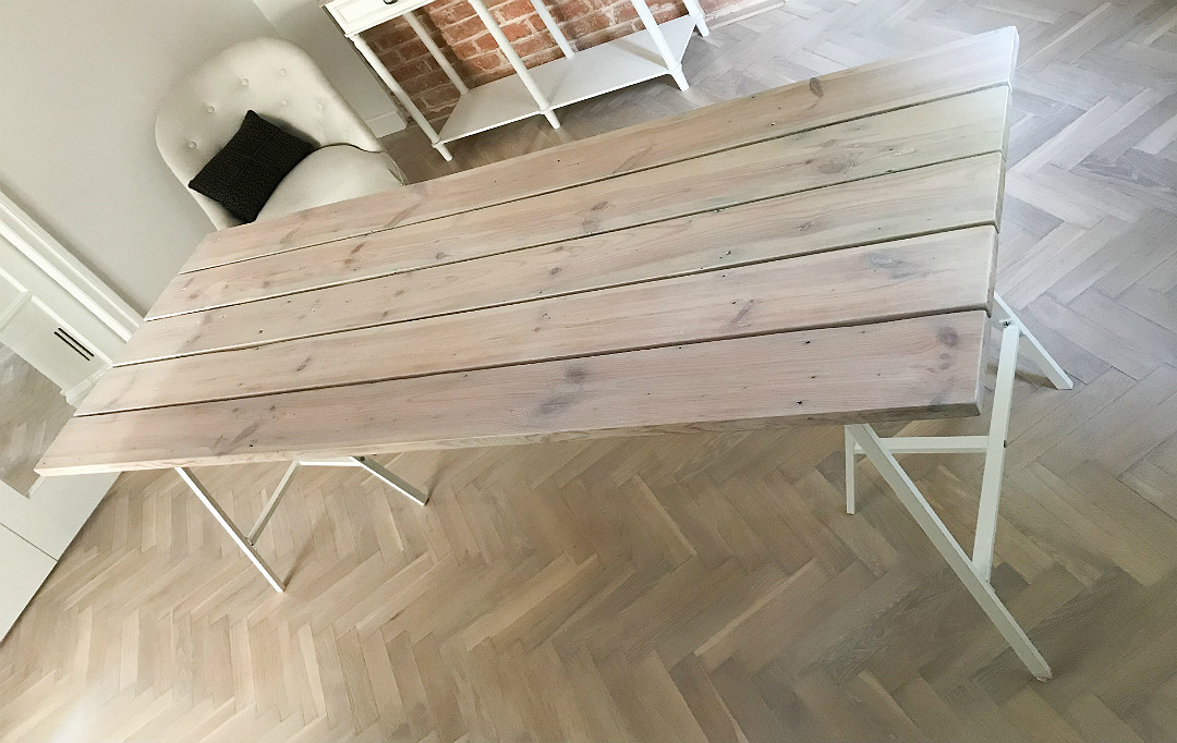 stół ze starych desek na metalowych kozłach