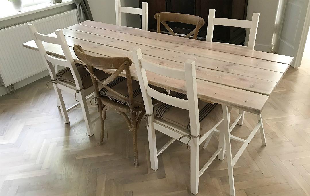 stół w stylu skandynawskim, bielone deski, dechy, białe metalowe kozły