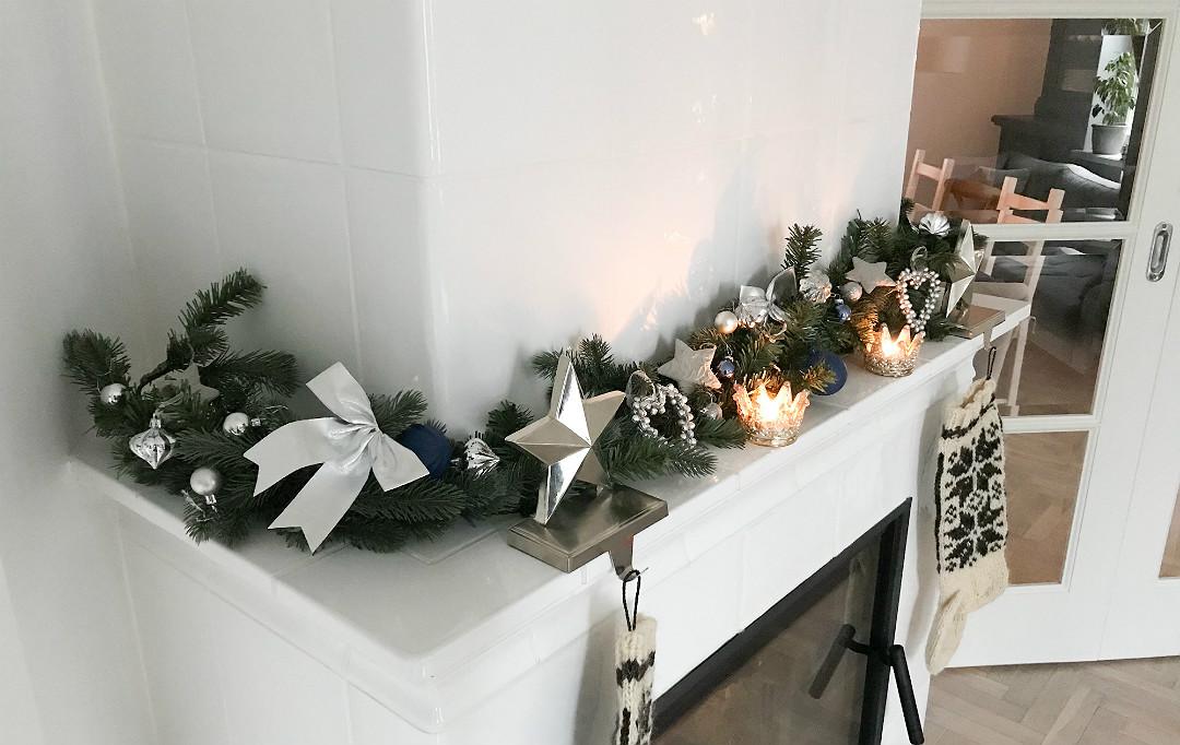 świąteczna girlanda na kominku dekoracje