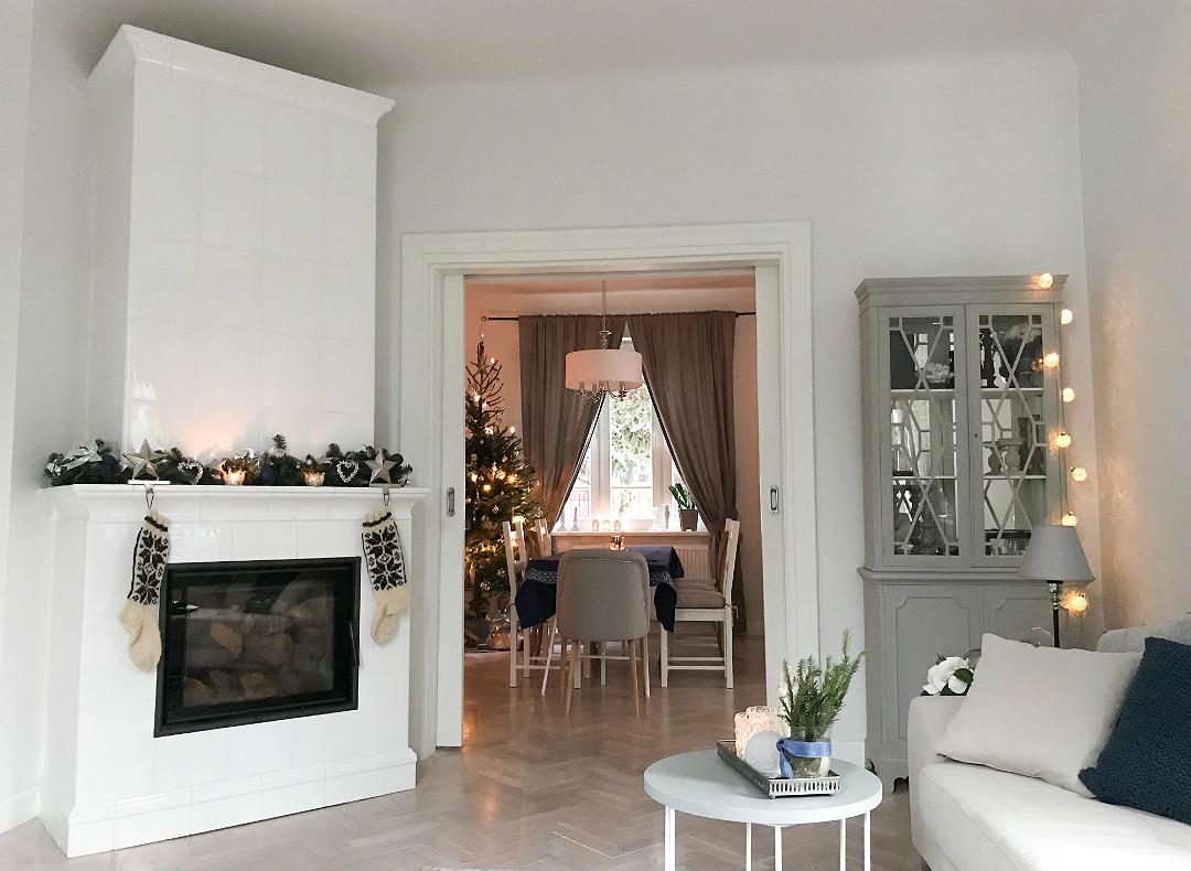 salon na święta kominek z girlandą światełka stroik dekoracje