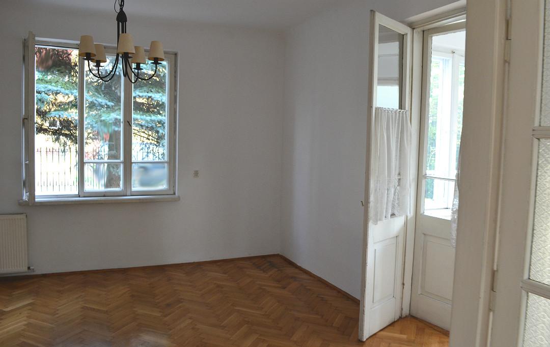 stary dom jadalnia drzwi dwuskrzydłowe ościeżnicowe okno trójdzielne