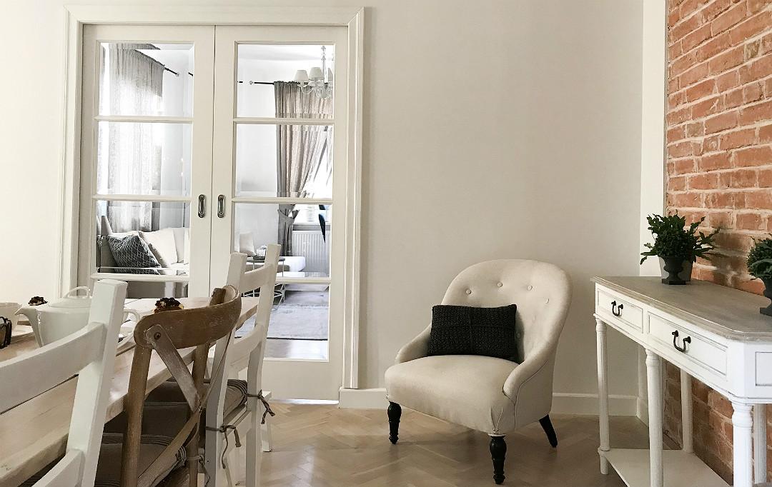 drzwi przeszklone dwuskrzydłowe białe chowane w ścianie ścianę