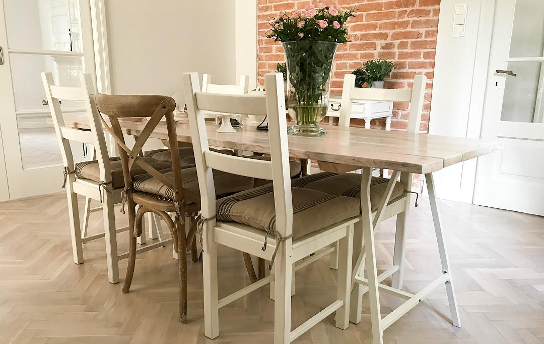 stół z odzyskanego drewna pobielone dechy bielone