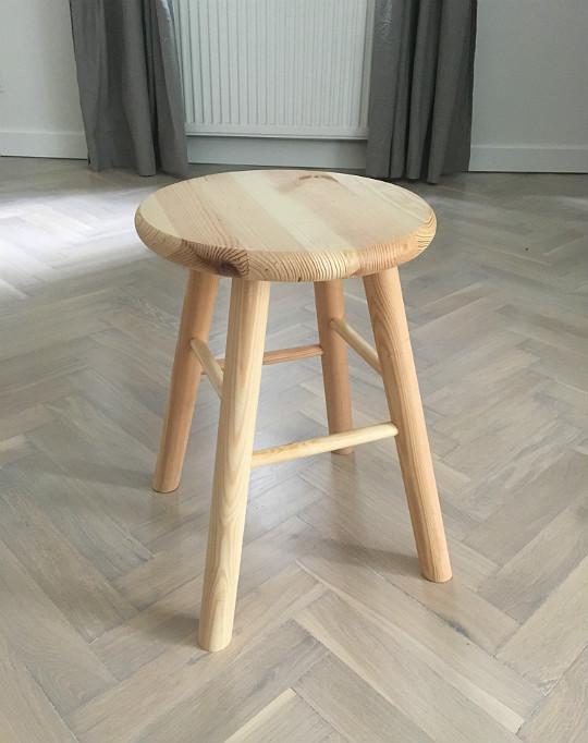 drewniany sosnowy stołek