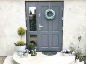 ozdoby na drzwi zewnętrzne, wiosenny wianek na drzwi na wiosnę jak zrobić wiosenny wianek