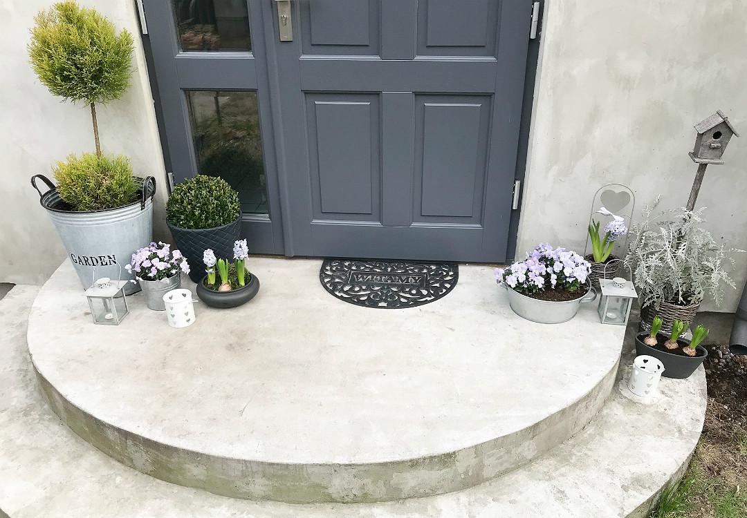wiosenne dekoracje na wiosnę stroik bratki bukszpan hiacynty