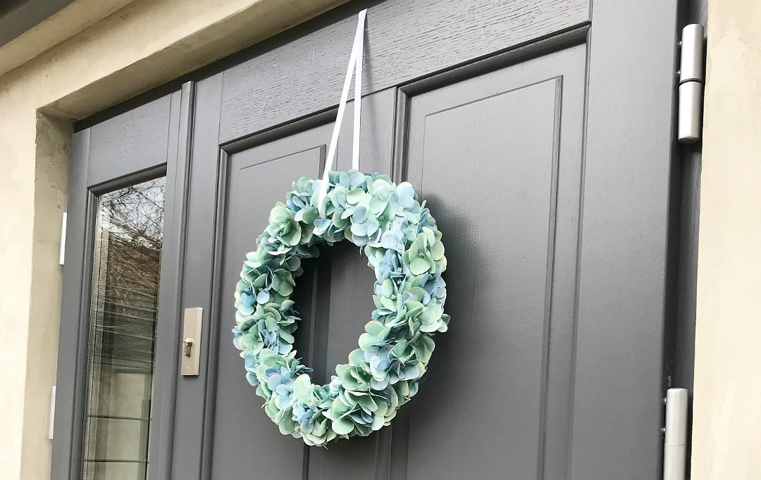 wieniec ze sztucznej hortensji na drzwi na ścianę