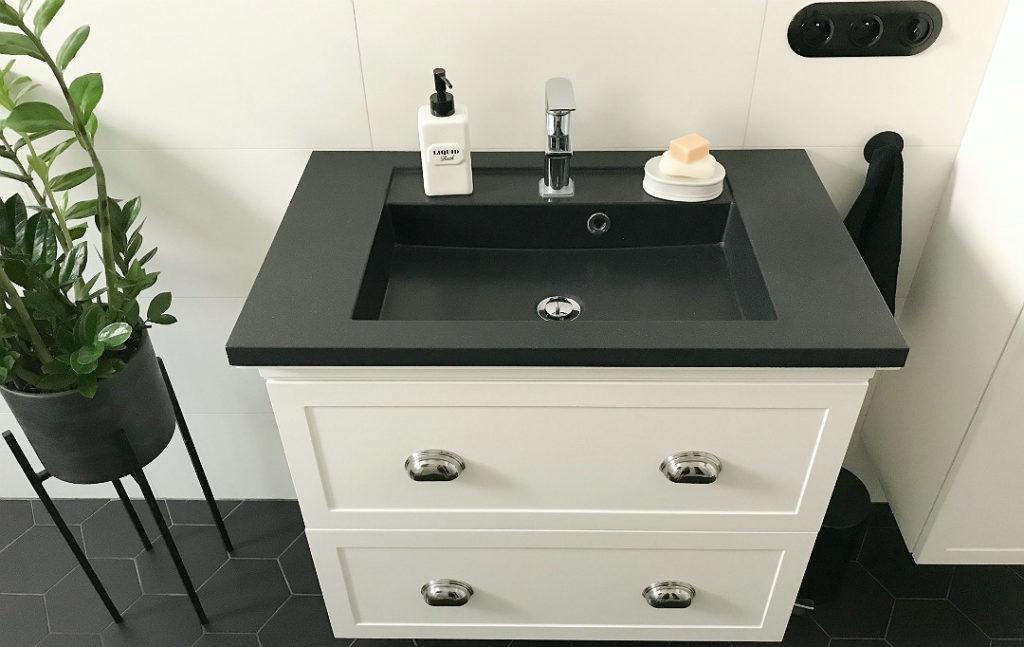 czarna umywalka w łazience zamia berker 1930