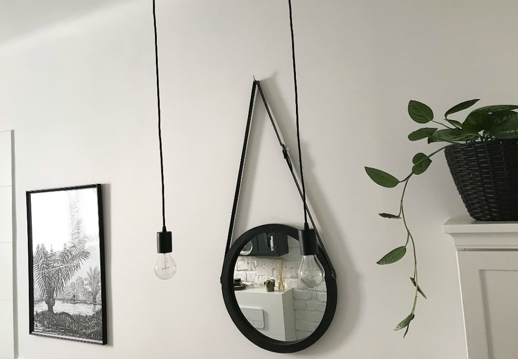 lustro na pasku w łazience żarówki na kablu oprawy sufitowe