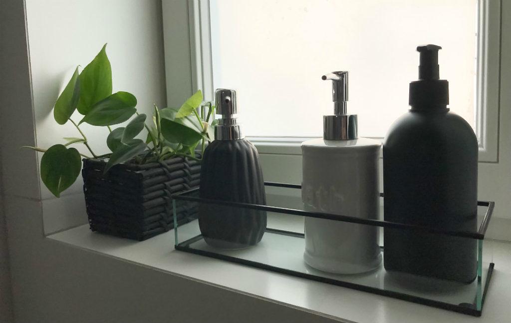 niezbędnik łazienkowy dozowniki pojemnik na mydło na parapecie