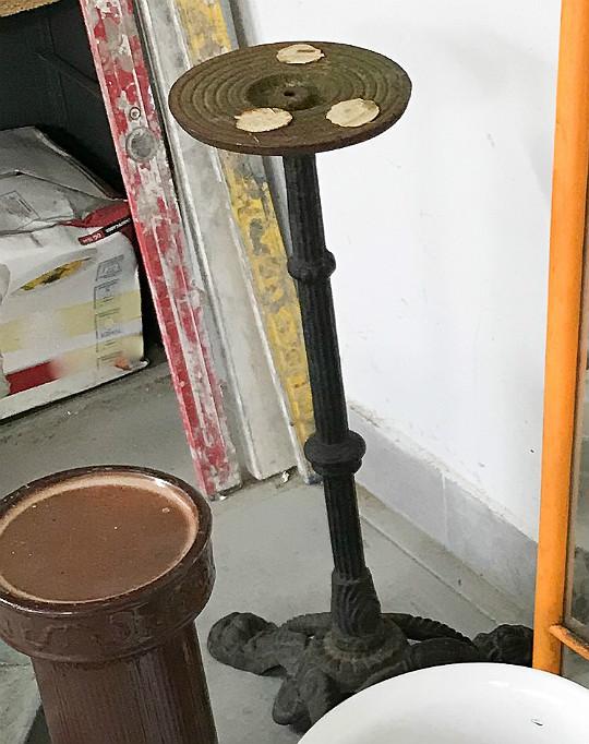 żeliwna metalowa podstawa stolika