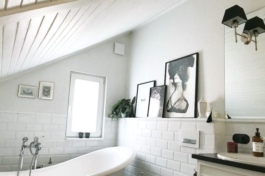 łazienka biało czarna, wystrój łazienki, aranżacja łazienki na poddaszu, aranżacja małej łazienki z wanną, wanna wolnostojąca aranżacje