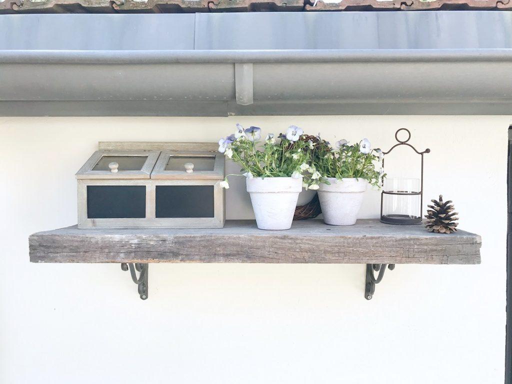 półka ze starej deski, żeliwne wsporniki, półka ze starego drewna, półka do ogrodu