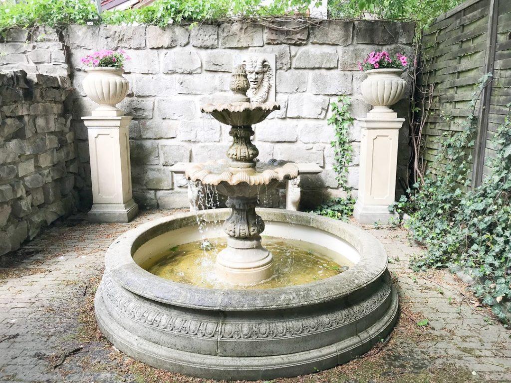 fontanna, woda w ogrodzie, waza na kwiaty, kolumny ogrodowe, architektura ogrodowa