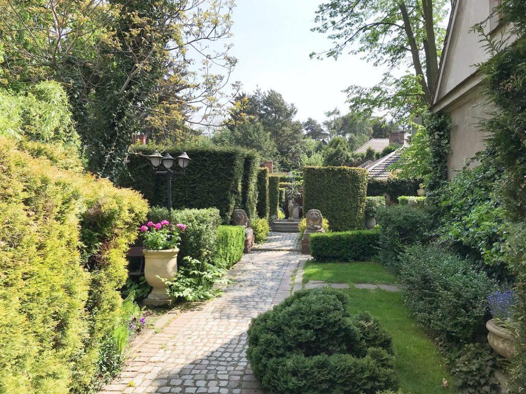 tajemniczy ogród, ogród pokazowy, ogród przy strarej willi, stary ogród