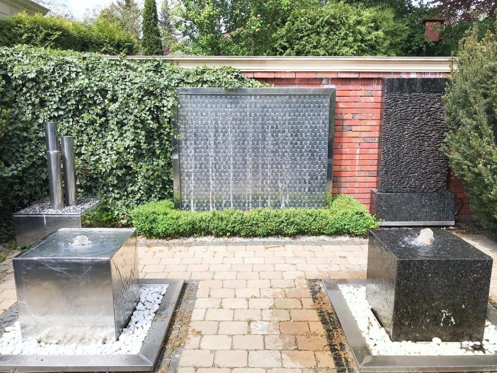 nowoczesna fontanna, woda w ogrodzie, nowoczesna ściana z wodą, źródła wody w ogrodzie