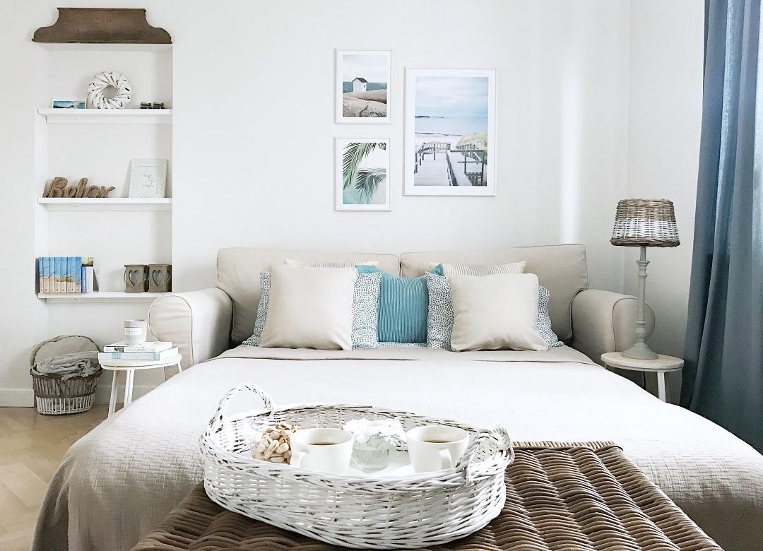 jak urządzić pokój gościnny, pokój gościnny aranżacje, plakaty, morskie obrazy, pokój dla gości, styl coastal, sypialnia w stylu coastal