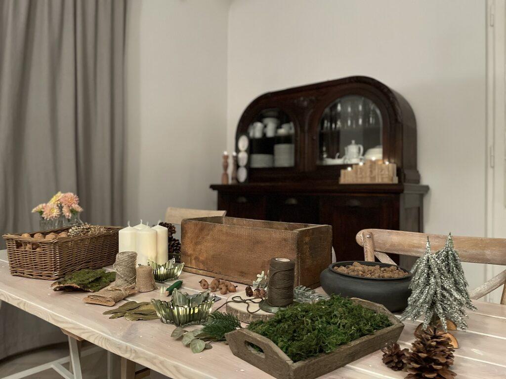 stroik adwentowy na drewnie, stroik adwentowy w stylu modern rustic, stroik adwentowy na stół, stroik wieniec adwentowy, stroik adwentowy w drewnianej skrzynce, stroik adwentowy naturalny, prosty, wieniec adwentowy diy