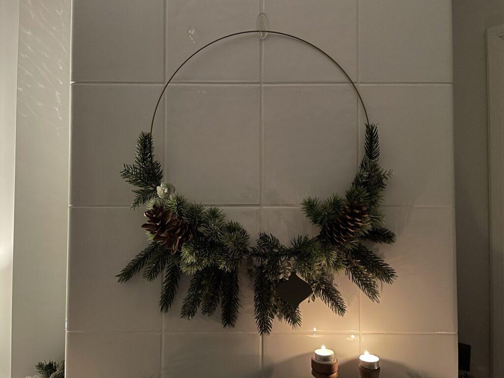 wieniec świąteczny, wianek boho, dekoracje świąteczne, jak ozdobić dom na święta, jak zrobić wianek, jak ozdobić pokój na święta, jak udekorować dom na święta, jak udekorować pokój na święta, piec kaflowy, dekoracje na kominku