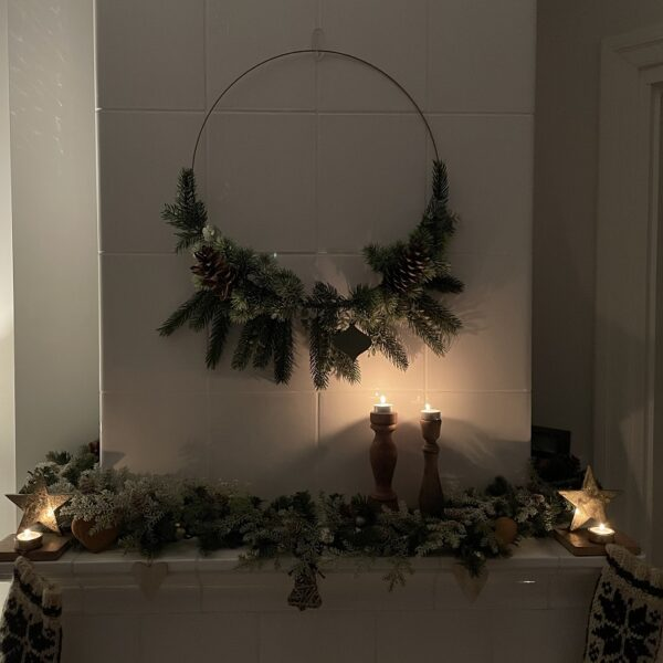 wieniec w stylu modern rustic, wieniec świąteczny, wianek boho, dekoracje świąteczne, jak ozdobić dom na święta, jak zrobić wianek, jak ozdobić pokój na święta, jak udekorować dom na święta, jak udekorować pokój na święta, piec kaflowy, dekoracje na kominku