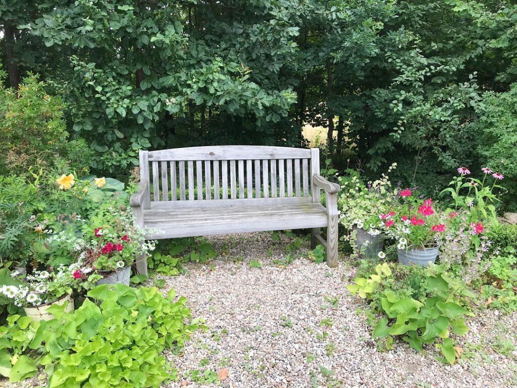 ogród Bellingham, ogród angielski, ogród w stylu angielskim, ławeczka w stylu angielskim, ławeczka w ogrodzie, ogród żwirowy, ogród ziołowy